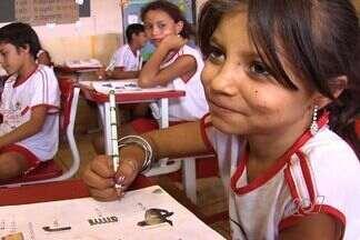 Ciganos superam preconceito e tradições e colocam filhos na escola em GO - Escola de Goiás tem classe exclusiva para crianças de comunidade cigana. Resolução do CNE quer garantir acesso de filhos de ciganos à escola.