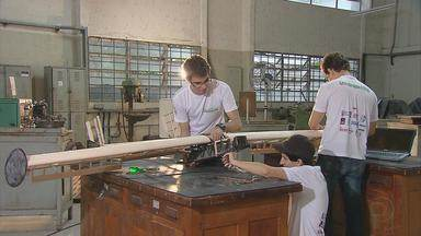 Estudantes universitários pernambucanos estão construindo um miniavião de cargas - Projeto multidisciplinar da UFPE vai participar de um concurso nacional em São Paulo.