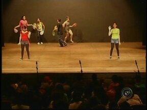 Escola em cena leva alunos ao palco do teatro em Ourinhos, SP - O projeto Escola em Cena leva os alunos de escolas públicas ao palco do Teatro Municipal de Ourinhos (SP). As apresentações se encerram na próxima quarta-feira (26).