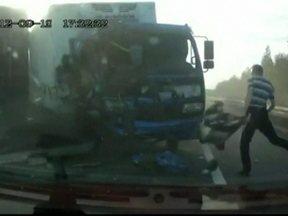 Imagens mostram grave acidente entre dois caminhões na Rússia - O motorista de um caminhão errou a manobra, cruzou a estrada e bateu de frente com outro caminhão que vinha na pista contrária e não conseguiu parar. Um dos motoristas saiu pelo para-brisas.
