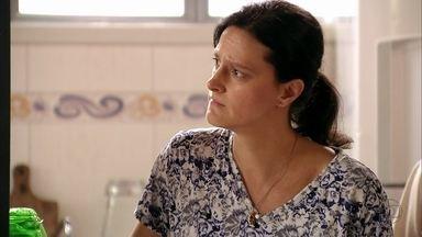 Janaína ameaça Max na frente de Zulmira - O malandro procura por Lúcio na casa da doméstica e ela fica possessa