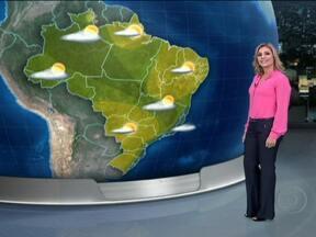 Quinta-feira (27) será de frio pelo Brasil - A chuva enfraquece, nesta quinta-feira (27), no Rio de Janeiro. A onda de frio chega até o Norte do país. Rio Branco deve amanhecer com 15°C. Na capital paulista, a mínima deve ser de 8°C e a máxima de apenas 16°C.
