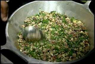 Aprenda a fazer uma receita de feijão tropeiro de Rio das Ostras, RJ - A receita é uma das muitas que está presente na Festa da Colheita do Feijão Maravilha, na localidade de Cantagalo.