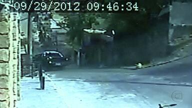 Imagens mostram momento de acidente no bairro Salgado Filho - Caminhonete caiu em cima de casa.