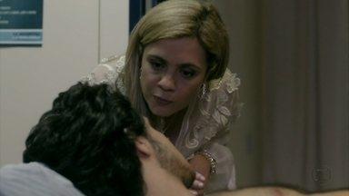 Carminha confirma com Lúcio que foi Max quem o atropelou - A megera diz a Janaína que irá transferir o rapaz para um hospital privado