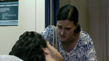 Janaína pede para Lúcio se afastar de Carminha - A empregada diz ao filho que desconfia de Max