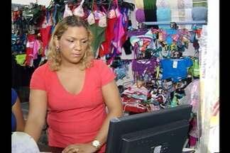 Centro comercial de Belém é um dos que mais empregam mulheres - Maura Batista passou por todos os cargos dentro de uma loja de confecções. Ela diz que habilidade, comprometimento e um toque feminino a ajudaram a chegar ao cargo de gerente.