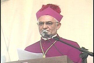 Fiéis recebem chegada do 7º bispo de Campina Grande - Dom Manoel Delson foi recepcionado com fogos de artifício, alegria e muitas homenagens.