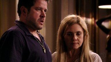 Tufão expulsa Max de casa - O ex-jogador acusa o cunhado de ter planejado o assalto à mansão. Ivana fica inconsolável e o malandro promete voltar para buscá-la. Olenka vê Max deixando a mansão