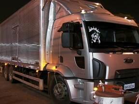 Quadrilha de assaltantes de caminhões é presa em São Paulo - Segundo as investigações, os ladrões agiam nas vias mais movimentadas da capital paulista, há pelo menos dois meses. Eles roubavam três caminhões por semana. A polícia ainda busca outros integrantes do bando.