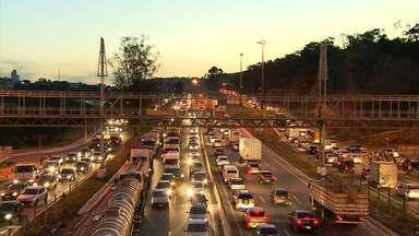 Acidente com três carros e uma carreta deixa trânsito lento no Anel Rodoviário de BH - A batida foi na altura do bairro Caiçara, no sentido Vitória.