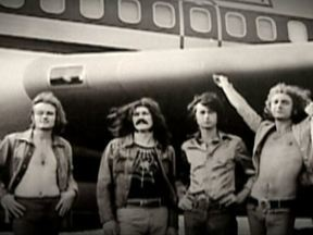 Led Zeppelin é a origem de tudo que viria a ser chamado de heavy metal - O Led Zeppelin se originou dos Yardbirds, do guitarrista Jimmy Page, no fim dos anos 60, e virou a banda mais influente dos 70, com a sua combinação explosiva de blues e rock pesados e distorcidos, e os vocais lancinantes de Robert Plant.