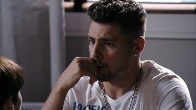 Jorginho recebe telefonema do avô e descobre que Max está vivo - Nina diz que já sabia e torce para que Max entregue as fotos para Tufão. Jorginho fica preocupado