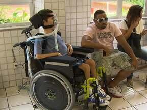 Jovem cadeirante não consegue votar em Salvador - O elevador do local onde vota estava quebrado, e o jovem esperou por mais de três horas por uma solução, mas voltou para casa sem conseguir votar.