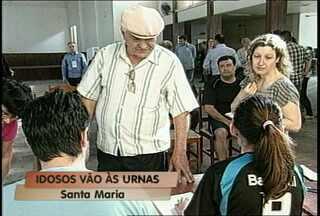 Idoso usa lupa em votação na urna eletrônica - Foi o jeito que o idoso com problemas de visão encontrou para votar nessas eleições