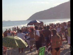 """Vandalismo e tumulto tomam conta da praia de Ipanema - Um grupo de frequentadores do Posto 9 se revoltou com uma ação da Guarda Municipal, que reprimia o """"jogo de altinho"""". Os agentes atacaram com cacetetes e foram atacados pelos banhistas."""