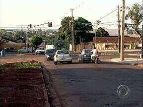 Cruzamento próximo à rodoviária está sem sinalização e os motoristas estão confusos - O cruzamento da avenida Teodoro Victoreli com a rua Santa Terezinha está bagunçado e confuso para os motoristas que passam por lá.