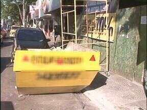 Veja o flagrante de desrespeito com pedestres e idosos no centro de Paranavaí - A reforma em um prédio atrapalha pedestres e impede que idosos estacionem em vaga exclusiva