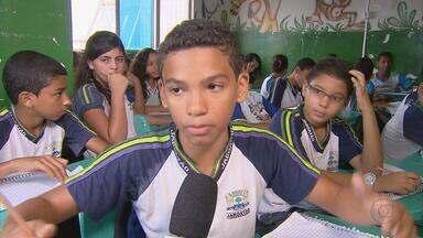 Estudantes de Jaboatão penam esperando reforma em colégio - A escola municipal funciona num imóvel alugado, que foi interditado depois de um desabamento. Os alunos estão tendo aulas em salas apertadas e sem estrutura.