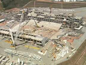 Operários começam a instalar cobertura no Itaquerão - Para colocar os pilares da cobertura do estádio, são necessários superguindastes. Mais da metade da construção já está pronta. A previsão é de que as obras terminem em dezembro de 2013.