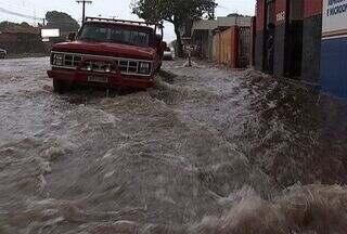 Chuva forte causa transtornos em Campo Grande - Segundo o serviço meteorologia, choveu nesta quarta-feira (10) o equivalente a uma semana. Equipes do Corpo de Bombeiros atenderam várias quedas de árvores em razão da chuva.