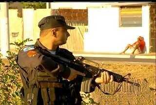 Mais de 200 militares estão nas ruas de Campos para impedir ação de traficantes - A operação está sendo realizada pelo Ministério Público e a Polícia Civil. Os trafiantes são acusados de expulsar famílias das próprias casas.