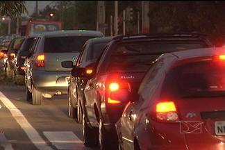 Sem estrutura para o tráfego de veículos, o trânsito de São Luís tem ficado caótico - Um bom exemplo está na Avenida Jerônimo de Albuquerque, principalmente no trecho que fica no bairro Cohafuma, onde o risco de acidentes é constante.