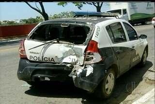 Polícia persegue bandidos que assaltaram loja no Caju, em Campos - Segundo a polícia, os dois homens assaltaram uma loja de pneus e fugiram levando uma moto.