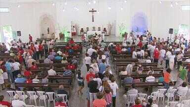 Fiéis celebram Nossa Senhora Aparecida no Recife - Missas na igreja dedicada à padroeira do Brasil ficaram lotadas durante toda a manhã.