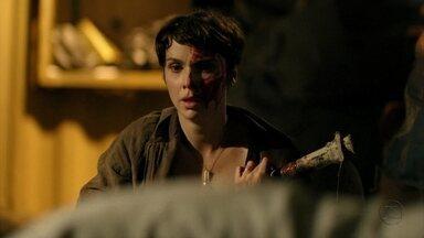 Nina se desespera com a morte de Max - Santiago tira Carminha do lixão. Ivana fica em choque com a morte do malandro. O delegado afirma que todos irão prestar depoimento