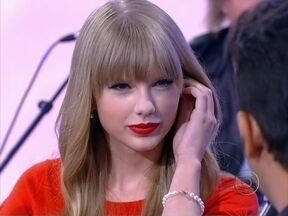 Taylor Swift ganha cavaquinho e leva hits ao palco do programa - A cantora americana agitou a plateia de fãs com 'We are never ever getting back together'