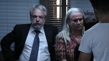 Lucinda é presa - Nina sofre com a situação e não acredita que a catadora tenha matado Max. O delegado avisa que todos que estavam no lixão vão ser chamados para depor