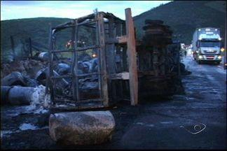 Carreta pega fogo em acidente em Rio Novo do Sul, no ES - Acidente aconteceu no km 388 da BR-101.Carreta bateu em dois veículos antes do incêndio.