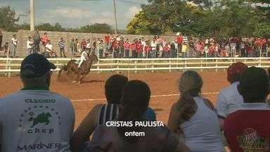 Cristais Paulista vence disputa de corrida hípica contra Ribeirão Corrente - Muita gente foi assistir a competição em Cristais Paulista.
