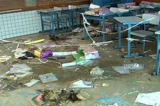 Vândalos invadem escola e colocam fogo em quase tudo, em Aparecida de Goiânia - Uma escola municipal em Aparecida de Goiânia foi vítima mais uma vez de vândalos. Eles invadiram o prédio e colocaram fogo em quase tudo em plena véspera do dia dos professores.