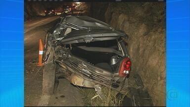 Caminhão carregado de telhas colide com carro e cai em ribanceira na Serra das Russas - Quem pegou a estrada do Agreste para a capital enfrentou trânsito pesado neste domingo.