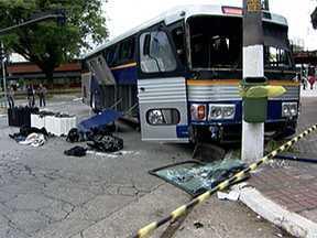 Três ladrões morrem em assalto a empresa de valores em São Paulo - Quadrilha cavou túnel, entrou no esgoto com roupa de mergulho e bote e adaptou um ônibus para levar embora o dinheiro. Polícia parou o ônibus após alarme soar e impediu o assalto.