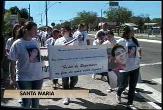 Parentes e amigos de jovem atropelado fazem protesto em Santa Maria - Jovem morreu dez dias depois de ser atropelado em faixa de segurança