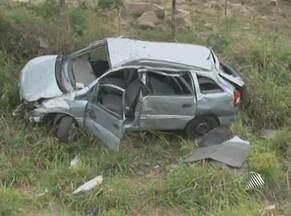 Dois morrem e quatro ficam feridos em acidente perto de Anguera - Acidente envolvendo um carro e uma moto aconteceu no quilômetro 34 da BA-052.