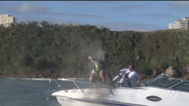 Mulher de sargento assassinado em Santos joga cinzas do marido ao mar - Viúva jogou cinzas no corpo e entrou no mar.
