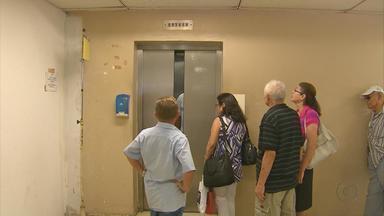 Um dos cinco elevadores quebrados do Hospital das Clínicas volta a funcionar - O problema vem sendo mostrado o NETV desde a última terça-feira. Filas ainda são grandes e usuários dividem espaço com depósitos.