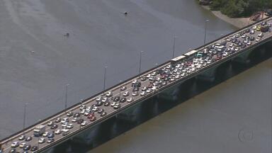 Confira imagens do trânsito no Recife - Um grande engarrafamento se formou hoje na ponte que liga o bairro do Cabanga a Boa Viagem. Na ponte ao lado, que liga a Zona Sul à Avenida Agamenon Magalhães, uma imagem totalmente diferente: quase não se via carro.