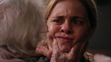 Carminha afirma que Lucinda é inocente e Santiago a intimida - O pai da megera acaba comentando que foi aleijado pela própria filha e pergunta se foi ela quem matou Max