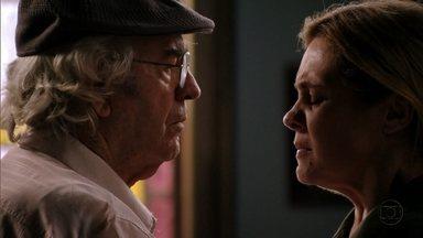Santiago e Carminha trocam acusações - Ele orienta a filha a se aproximar de Ágata por interesse e ela afirma que ama Tufão e sua família. Carminha revela que foi Santiago quem a abandonou no lixão