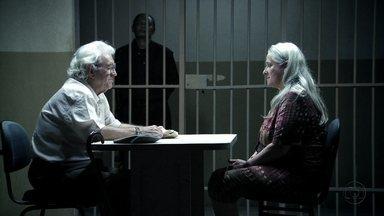 Lucinda acredita que Carminha foi sequestrada por Nilo quando criança - A catadora se comove com as mentiras de Santiago