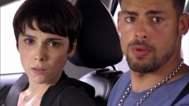 Nina e Jorginho veem Nilo entrar na casa de Santiago - Dentro da casa, o catador acusa Carminha e o pai de terem matado Max. Santiago afirma que viu Nilo ao lado do corpo logo após o crime e suborna o catador