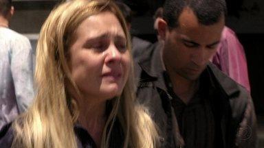 Carminha se entrega para a polícia - Ela diz a Tufão que o amou e foi feliz por fazer parte da família dele. Ao ser presa, Carminha deseja que Jorginho seja feliz ao lado de Nina