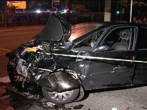 Homem fica ferido em acidente na Avenida Ibirapuera - Segundo a polícia, o carro preto estava em alta velocidade, quando bateu no táxi. A colisão aconteceu na esquina com a Avenida Indianópolis. O taxista não se machucou, mas o outro motorista ficou preso nas ferragens.
