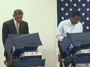 Barack Obama vota com antecedência nos EUA - O presidente votou 12 dias antes da eleição,para dar o exemplo: Ele quer levar milhões de eleitores às urnas o mais cedo possível e facilitar o voto entre os que trabalham muitas horas por dia. Nos EUA, o dia da eleição não é feriado.