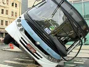 Três acidentes graves deixam feridos no Rio - Um motorista atropelou três pessoas na calçada, no Centro da cidade. Uma delas morreu na hora. O carro ainda atingiu um poste, que caiu sobre um ônibus. Também no Centro, um ônibus virou depois de bater em outro; 29 pessoas tiveram ferimentos leves.